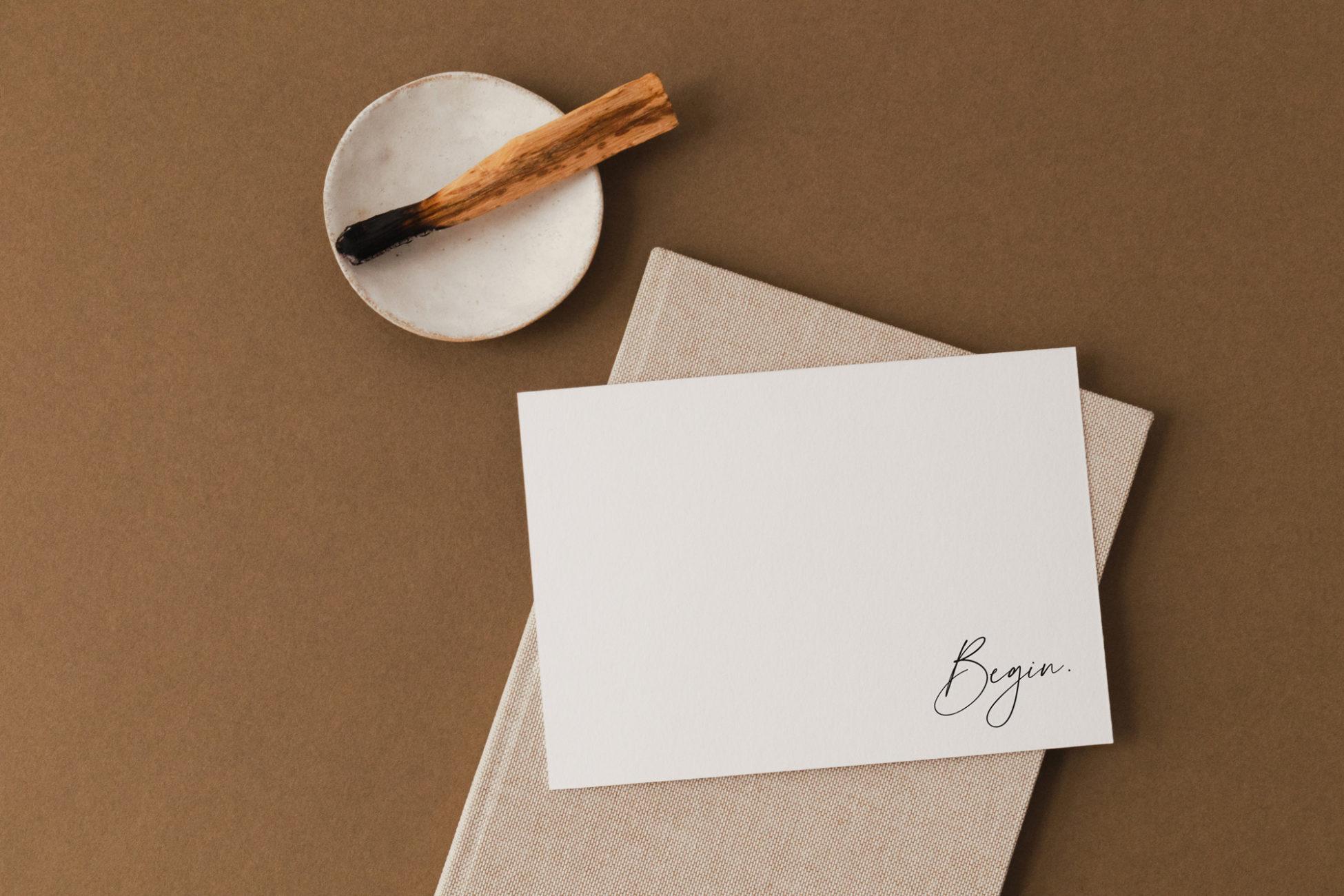 """Illustration de l'article : une feuille blanche sur un carnet fermé sur laquelle est écrit """"Begin"""""""